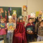Skolēni ar grāmatām