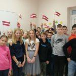 Skolēnu rotājumi veltīti valsts svētkiem