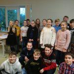 Skolēni sūta sveicienus , tiem, kuri mācās attālināti