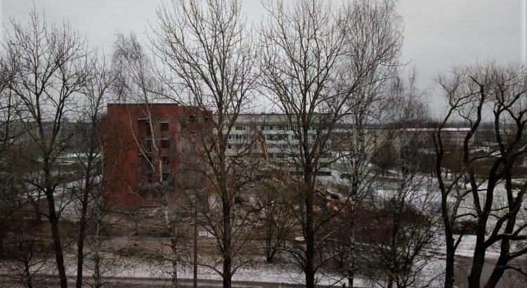 Jēkabpils 3. vidusskolas apkārtnē gruveši no lielāka attāluma